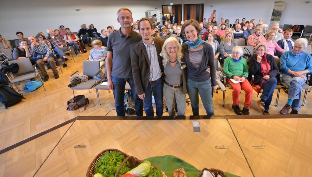 Ilka, Naomi, Eike und Jens (v.r.n.l.): In einer SoLaWi profiteren alle Beteiligten von dieser Beziehung. Foto: Jörg Hemmen