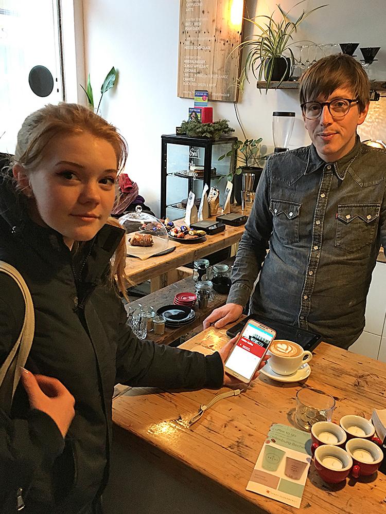 Yasmin hat bei Tante Käthe in der Kaiserstraße für ihren fairen Molienda Kaffee einen Gutschein eingelöst. Mit ihrer App.