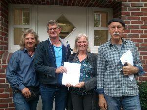 v.l.n.r. Jens Piezunka (Aufsichtsrat), Olaf Hibbeler und Nicola Hassold-Piezunka (Vorstand), Hermann Möhlenkamp (Aufsichtsrat) mit dem Kaufvertrag. Foto: GLOBE