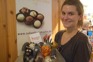 VEN-Promotorin Canan Barski im Weltladen mit Eierwärmern aus Filz. Fotos: Barthel Pester