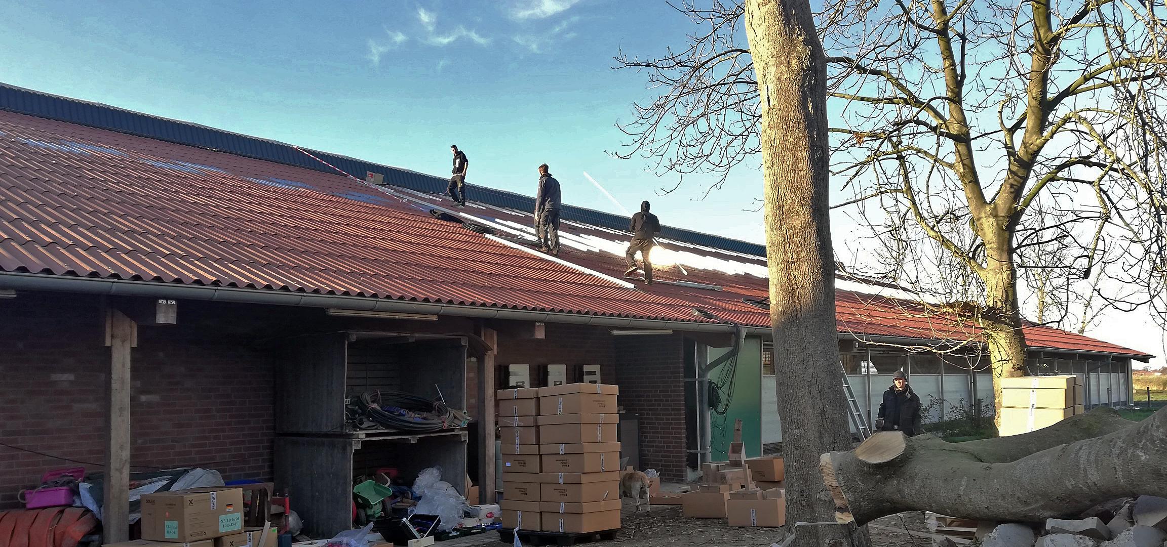 Installation der Photovoltaikanlage auf dem Ommenhof.