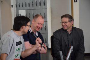 Stefan Scheuerer (re.) und Traugott Haas (Mi.) im Gespräch bei Werkstatt Zukunft im Rahmen der Abschlusstagung von RETI BNE in der Universität Oldenburg im vergangenen März.