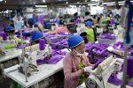 Näherinnen stellen Kleidung für Adidas in Phnom Penh in Kambodscha her. Foto: Will Baxter.