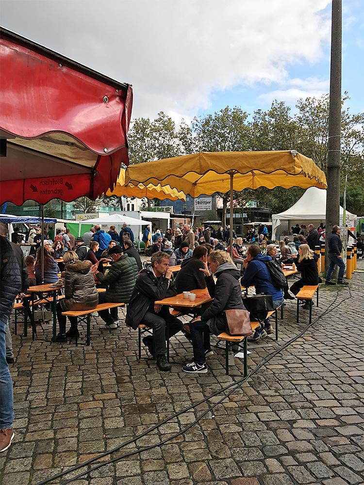 Viele Bremer*innen kamen auch bei regnerischem Wetter, um sich zu informieren und zu probieren – zum Beispiel die frische Pasta von der Nudelei.