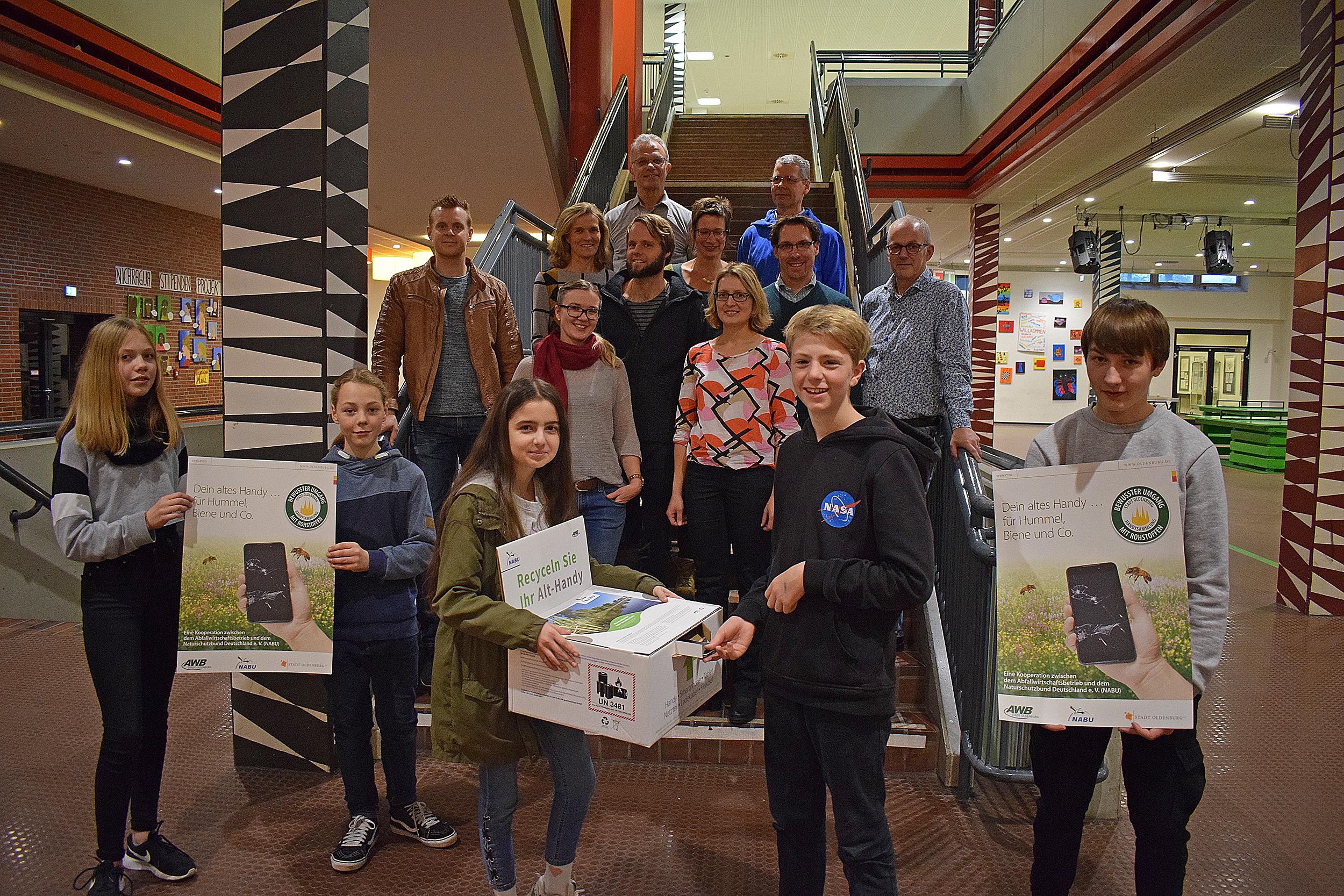 An vier Oldenburger Schulen werden alte Handys gesammelt. Kooperationsprojekt von AWB und NABU kommt Insekten zu Gute.