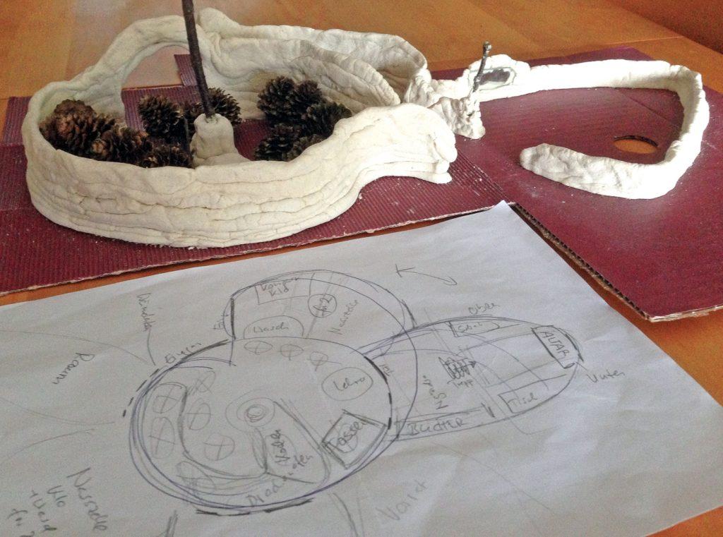 Erdhaus-Modell und Skizze.