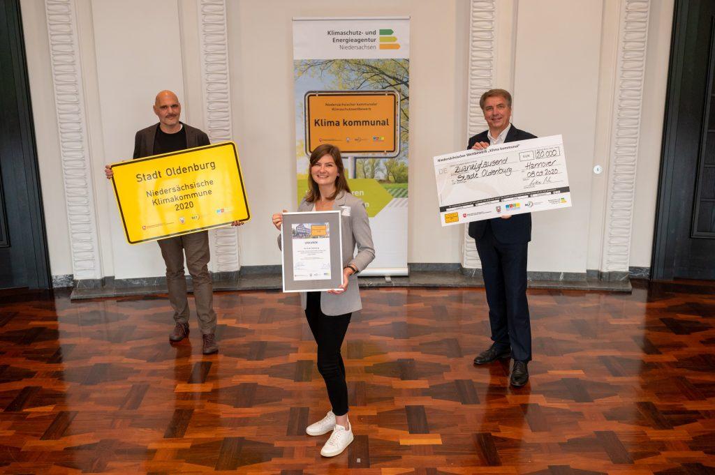 Oberbürgermeister Jürgen Krogmann (rechts) nahm die Auszeichnung zusammen mit Dana Wölki vom Regionalen Umweltbildungszentrum und Tarek Abu-Ghazaleh aus dem Fachdienst Umweltmanagement der Stadt Oldenburg entgegen.