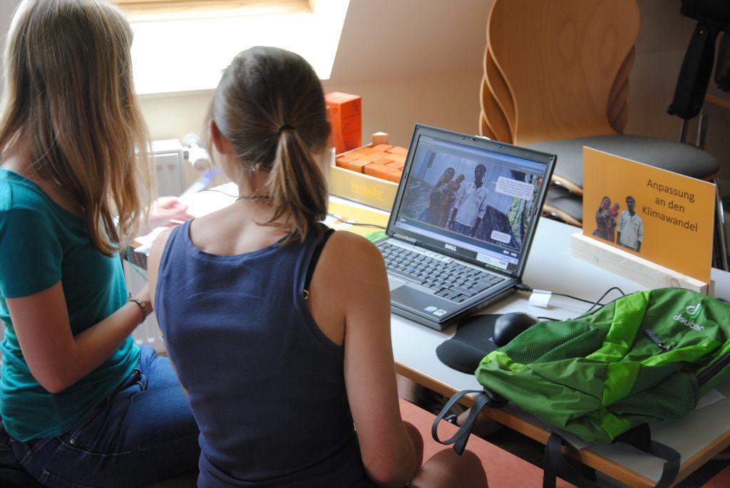 Mobile Klimaschutzschule vom RUZ Oldenburg. Zwei Schülerinnen an einer Computer-Arbeitsstation.