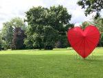 Ein rotes Herz im Oldenburger Schlossgarten.